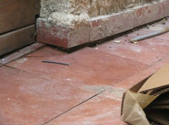 שקיעת רצפה בצמוד למבנה